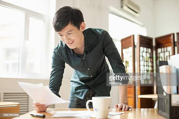 young man working in creative office - beugen oder biegen stock-fotos und bilder