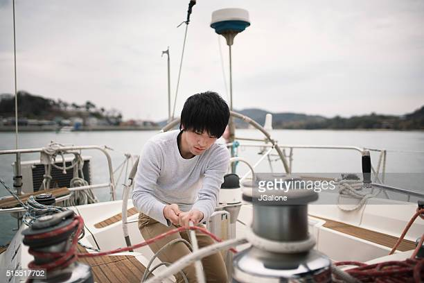 Jeune homme travaillant sur un Yacht