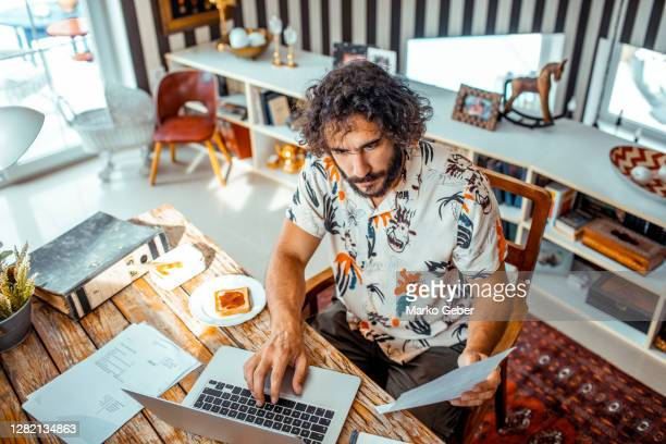 young man working on his laptop - フリーランス ストックフォトと画像