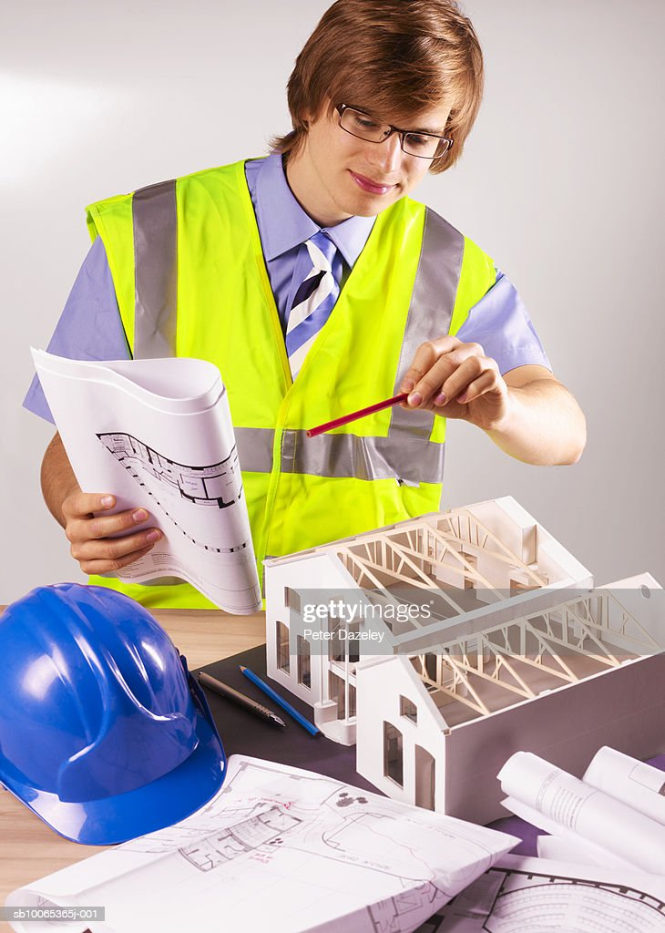 Young man working on model house : Foto stock