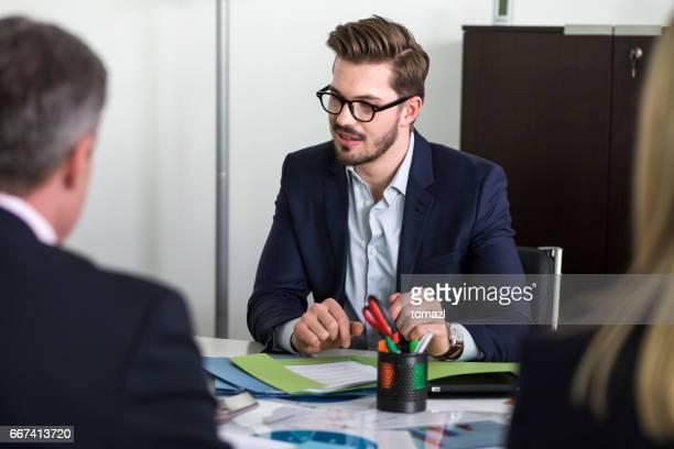 Joven responsable en reunión