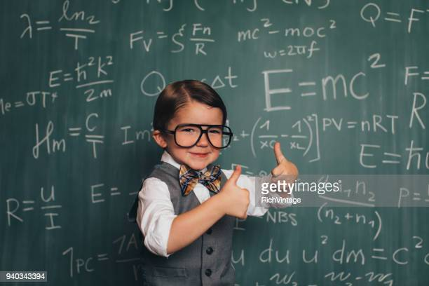 young math nerd hoogleraar in de klas - 2 3 jaar stockfoto's en -beelden