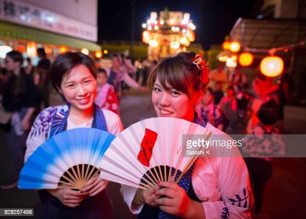 Junge Matsuri Tänzer posieren vor Dashi Schwimmer