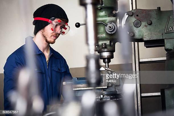 Junge Mechaniker/Auszubildenden Arbeiten auf Fräse