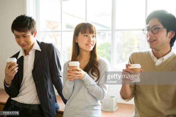 young men and woman having coffee - 休憩中 ストックフォトと画像
