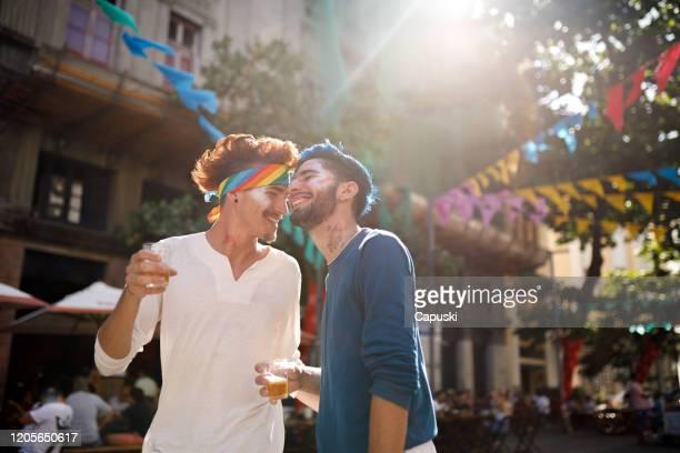 casal de jovens bebendo cerveja no carnaval - pessoa gay - fotografias e filmes do acervo