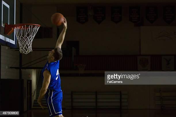 Junge Männer Dunks. basketball im Fitnessraum