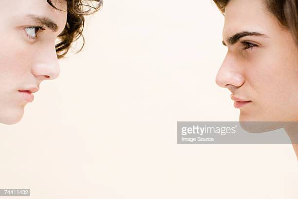 young men face to face - rivaliteit stockfoto's en -beelden