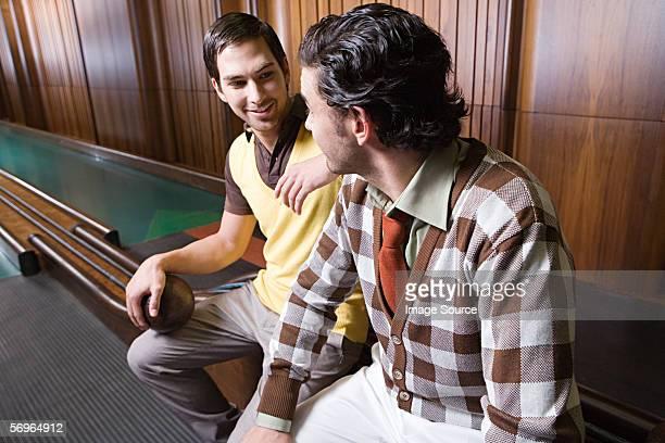 Junge Männer in eine Bowlingbahn