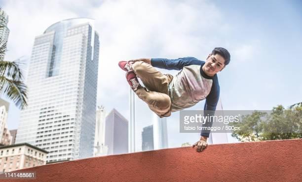 young men making acrobatics on street - 18 19 ans photos et images de collection