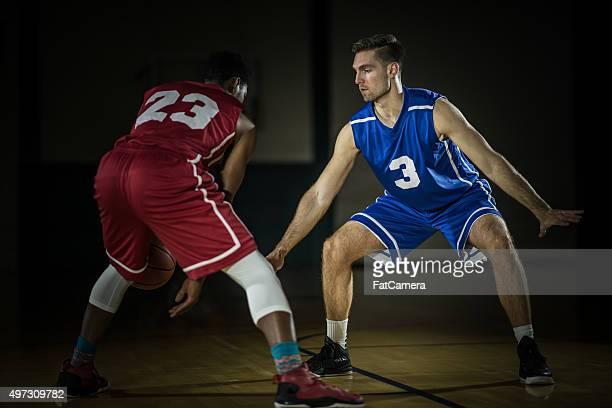 Junge Männer spielen basketball-Spieler in ein gymnasium