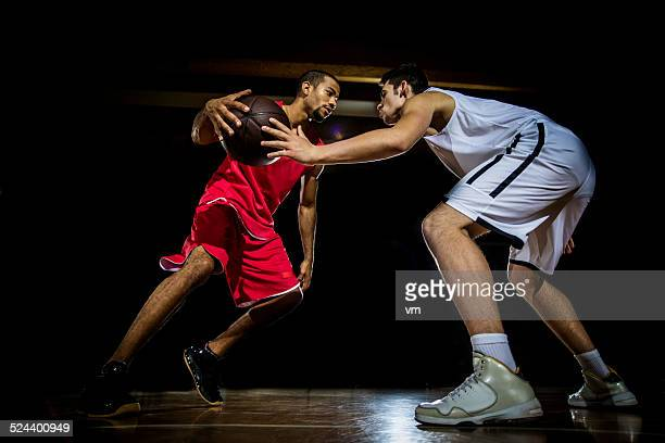 若い男性がバスケットボール - ドリブル ストックフォトと画像