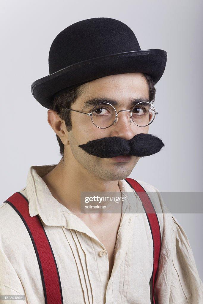Junge männer mit schnurrbart