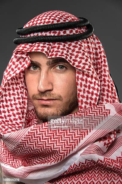 giovane uomo mediorientale - ornamento del capo foto e immagini stock