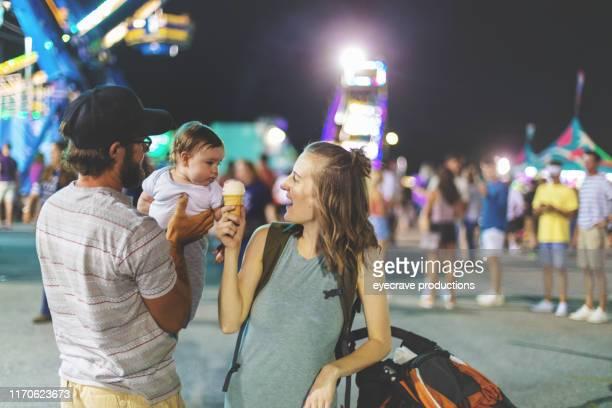 若いミレニアル世代は、暑い7月の夏の夜にスプリングフィールドmoのエンパイアステートフェアで自分の時間を楽しんでいます - スプリングフィールド ストックフォトと画像