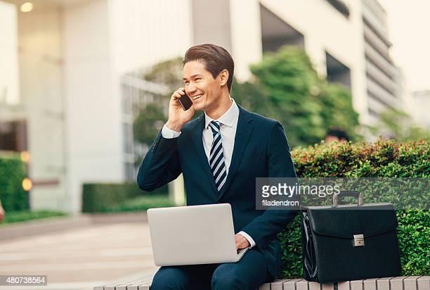 若い異人種のビジネスマン動作