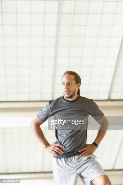 Junge gemischte Rennen Mann, mit Fitness-tracker