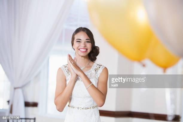 白いドレスを着た若い混血女性 - デビュタント ストックフォトと画像