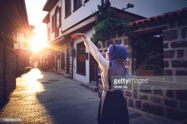 若い現代、美しいイスラム教徒女性の夕日を楽しむ - トルコ アンカラ ストックフォトと画像