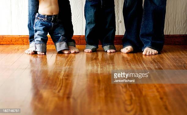 Jeune famille moderne de quatre