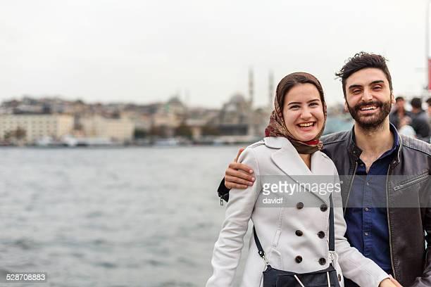 giovane coppia moderna di istanbul musulmano visite - contemporary istanbul foto e immagini stock