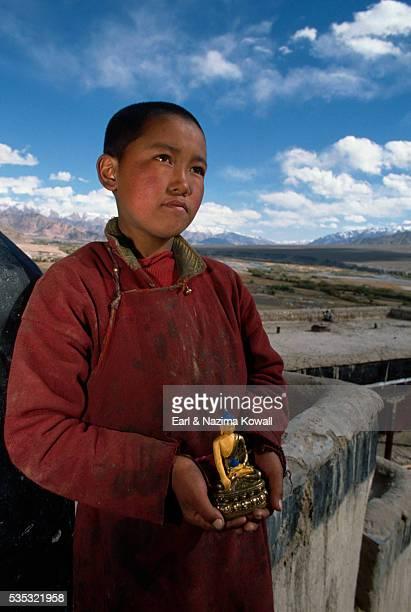 young monk holding staute - etnia indo asiatica foto e immagini stock