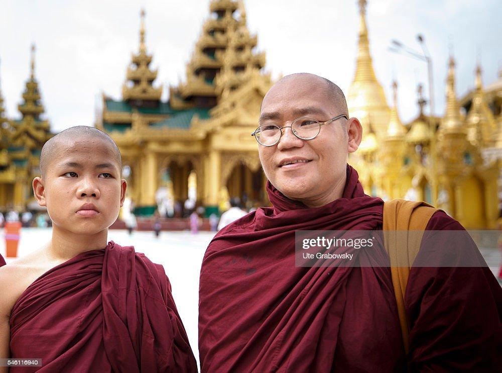 Monks in the Shwedagon Pagoda in Yangon : News Photo