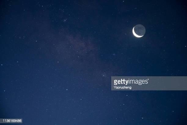young moon - semicírculo - fotografias e filmes do acervo