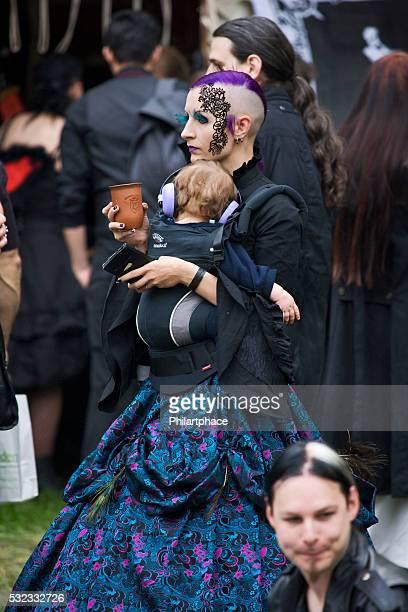 Junge Mutter und Kind im fantasie Kostüm auf WGT Leipzig