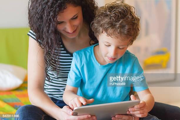 Junge Mutter und Ihr kleiner Junge mit Digitaltablett