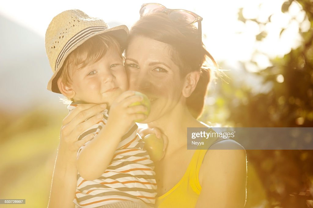 Giovane madre e il figlio con mele : Foto stock