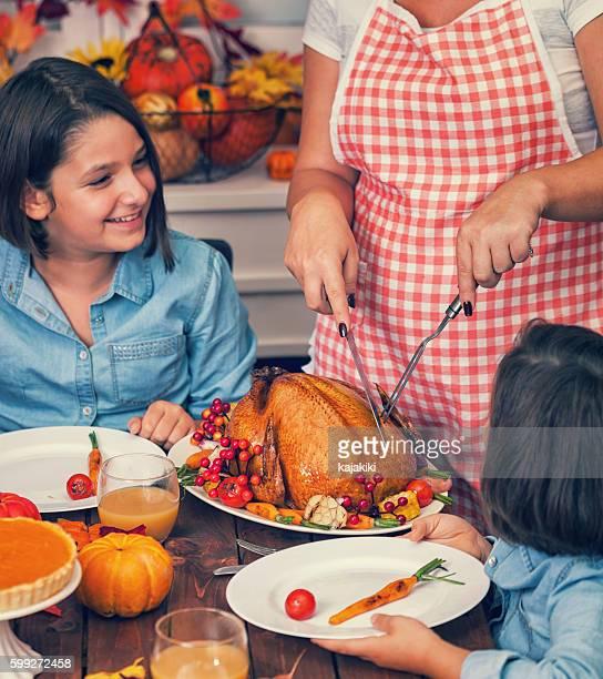 Junge Mutter carving thanksgiving-Truthahn