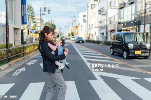 彼女の赤ちゃんの女の子と一緒に通勤若い母親 - シングルマザー ストックフォトと画像