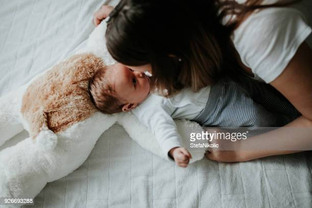 Junge Mutter hält ihr neugeborenes Baby boy