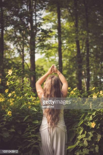 Junge Mutter, Prenatal Yoga im freien praktizieren