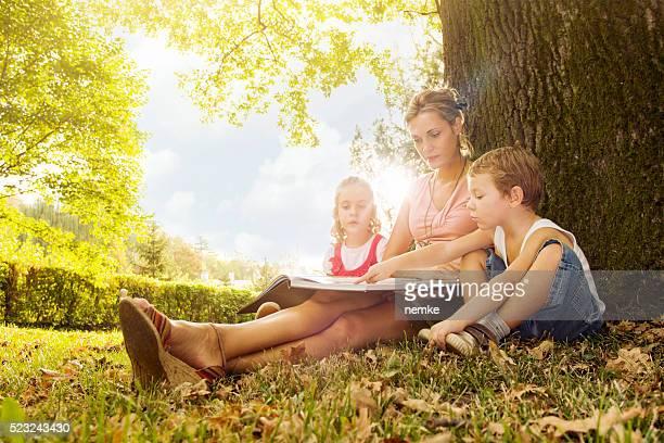 Joven madre con su hijo y hija
