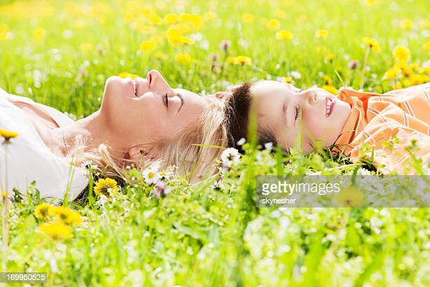Jeune mère withchild allongé dans le champ