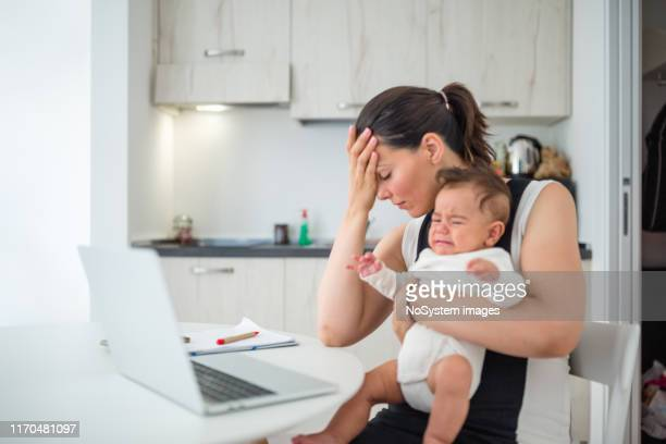giovane madre, che lavora da casa - stress emotivo foto e immagini stock