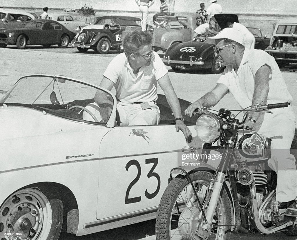 James Dean Speaking with Motorcycle Racer Ed Kretz : News Photo