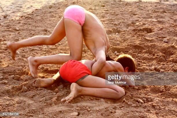 young mud wrestlers - lutte dans la boue photos et images de collection