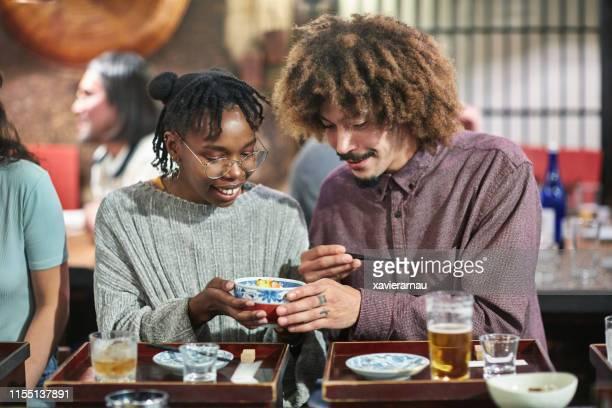 東京寿司バーとレストランでの若い多民族カップル - 中距離 ストックフォトと画像
