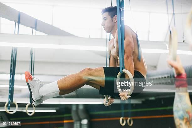 Muskuläre junger Mann beim intensiven training.