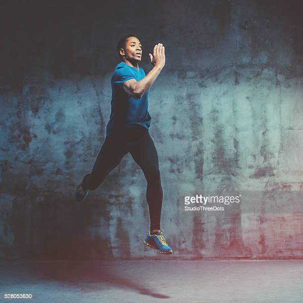 Muskuläre junger Mann läuft