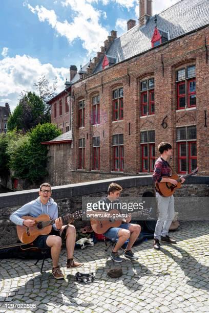 jóvenes músicos en brujas, bélgica - flandes occidental fotografías e imágenes de stock
