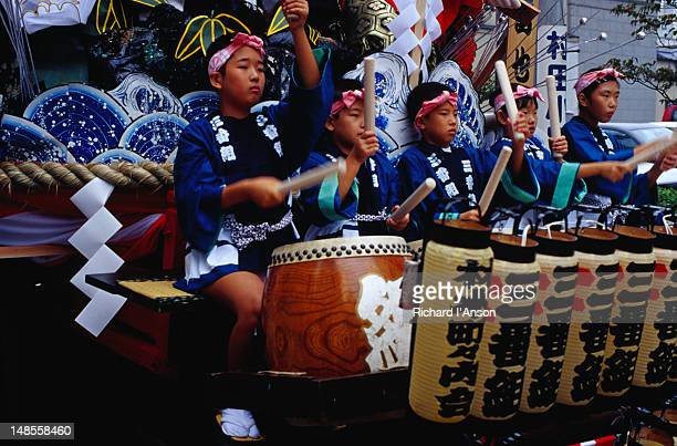 young musicians on a float during the hachimangu matsuri (festival) in morioka. - 盛岡市 ストックフォトと画像