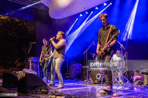 jóvenes músicos en el escenario - música pop fotografías e imágenes de stock