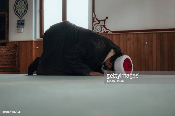 若いイスラム教徒の男はモスクで祈っています - イマーム寺院 ストックフォトと画像