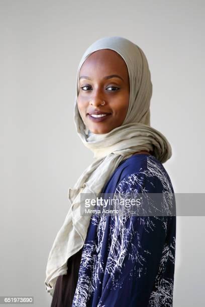 young muslim woman in studio setting - femme musulmane photos et images de collection