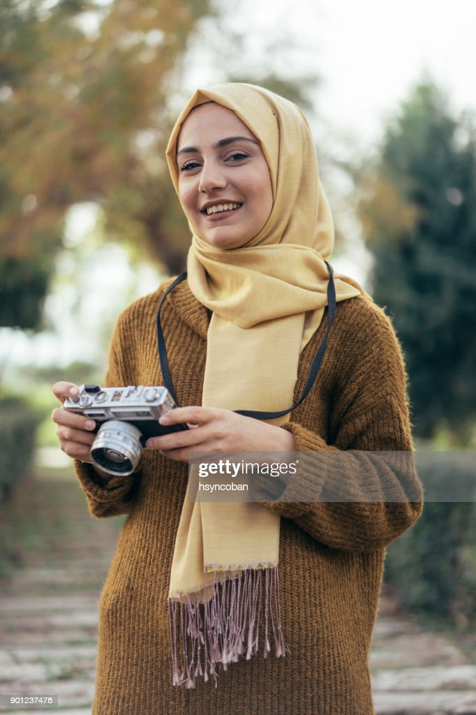 Young muslim woman photographer : Stock Photo