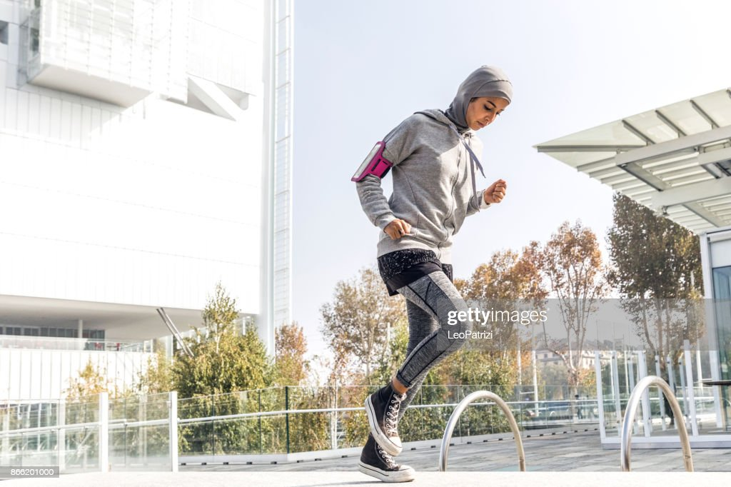 Young muslim woman ready to running in the city : Foto de stock